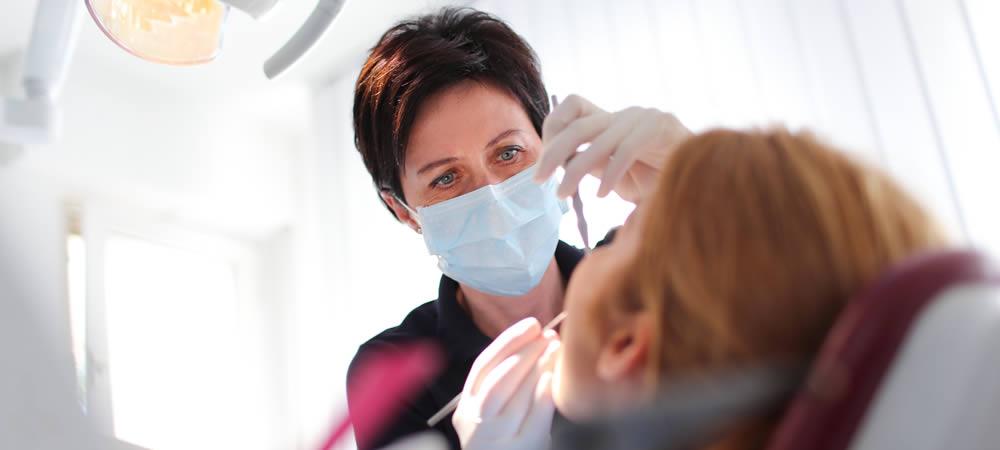 Zahnbehandlung ind der Zahnarztpraxis Irene Herzel