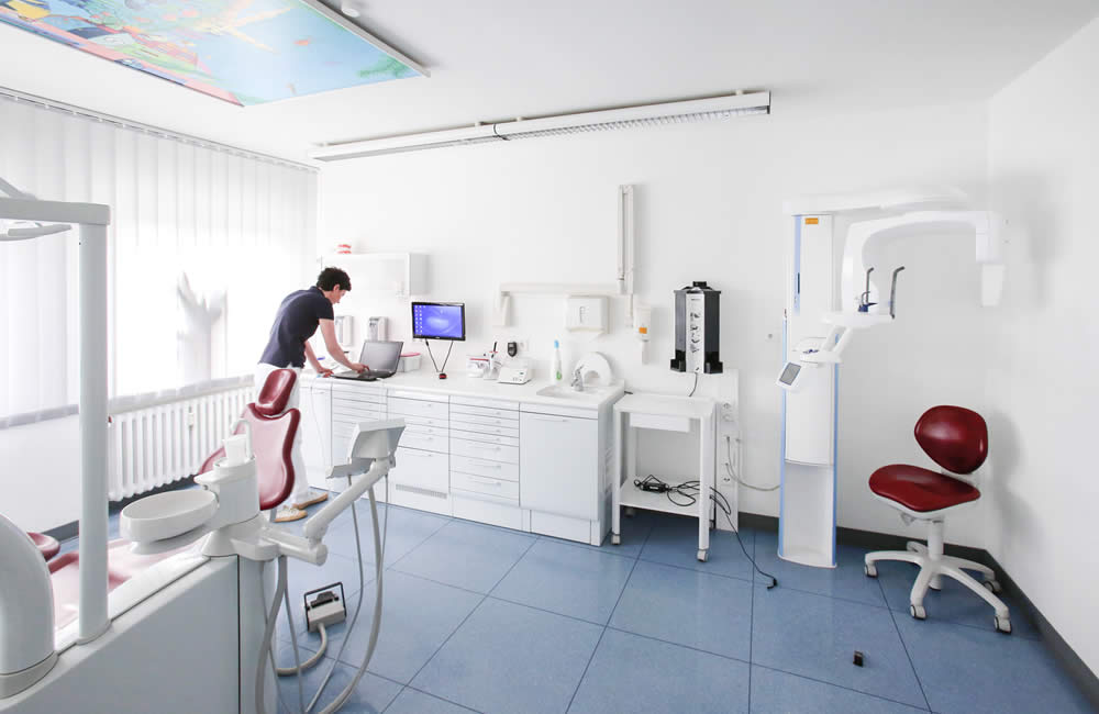 Behandlungszimmer in der Zahnarztpraxis Irene Herzel